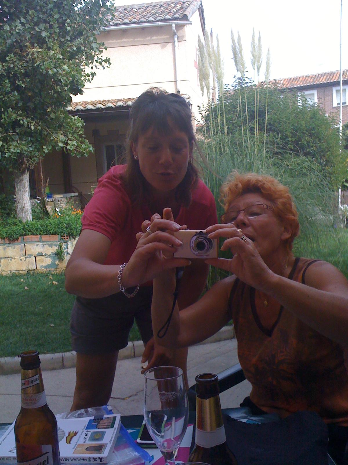 Carolin und Pumuckel beim einstellen der Kamera