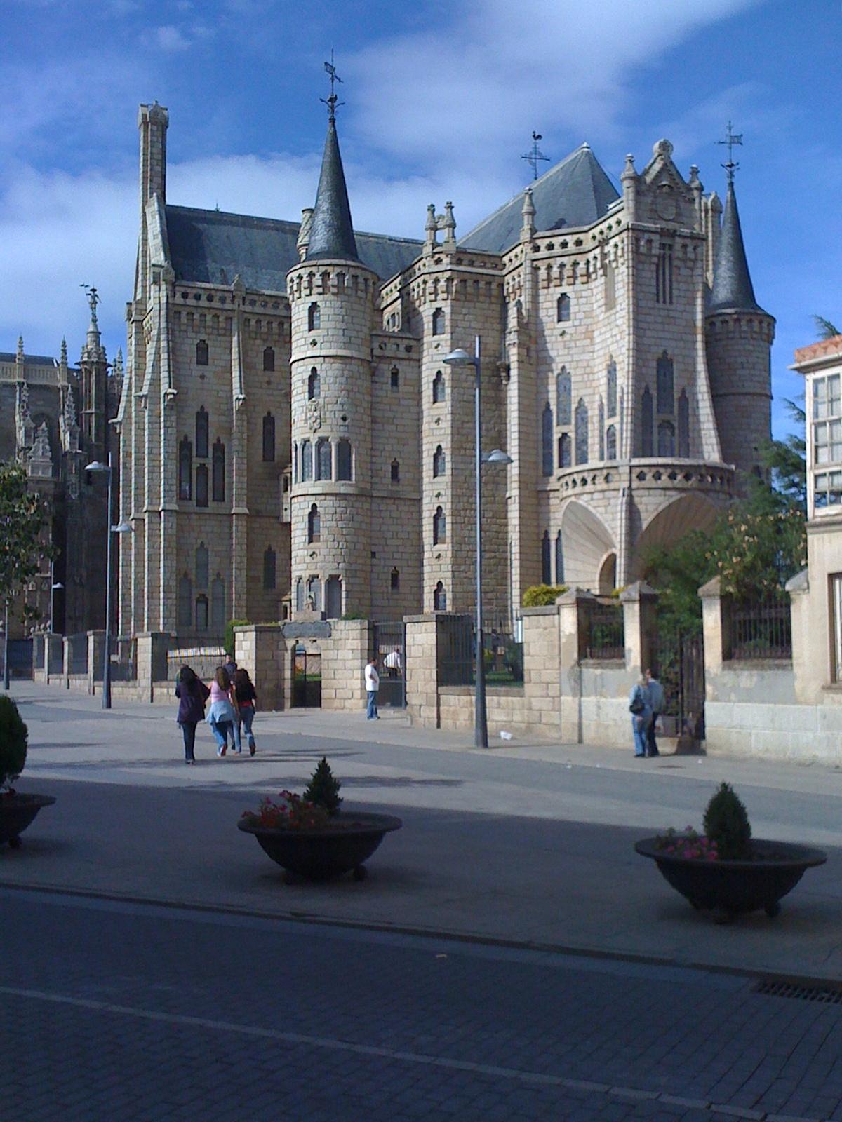 Museo de los Cominos von Antonio Gaudi