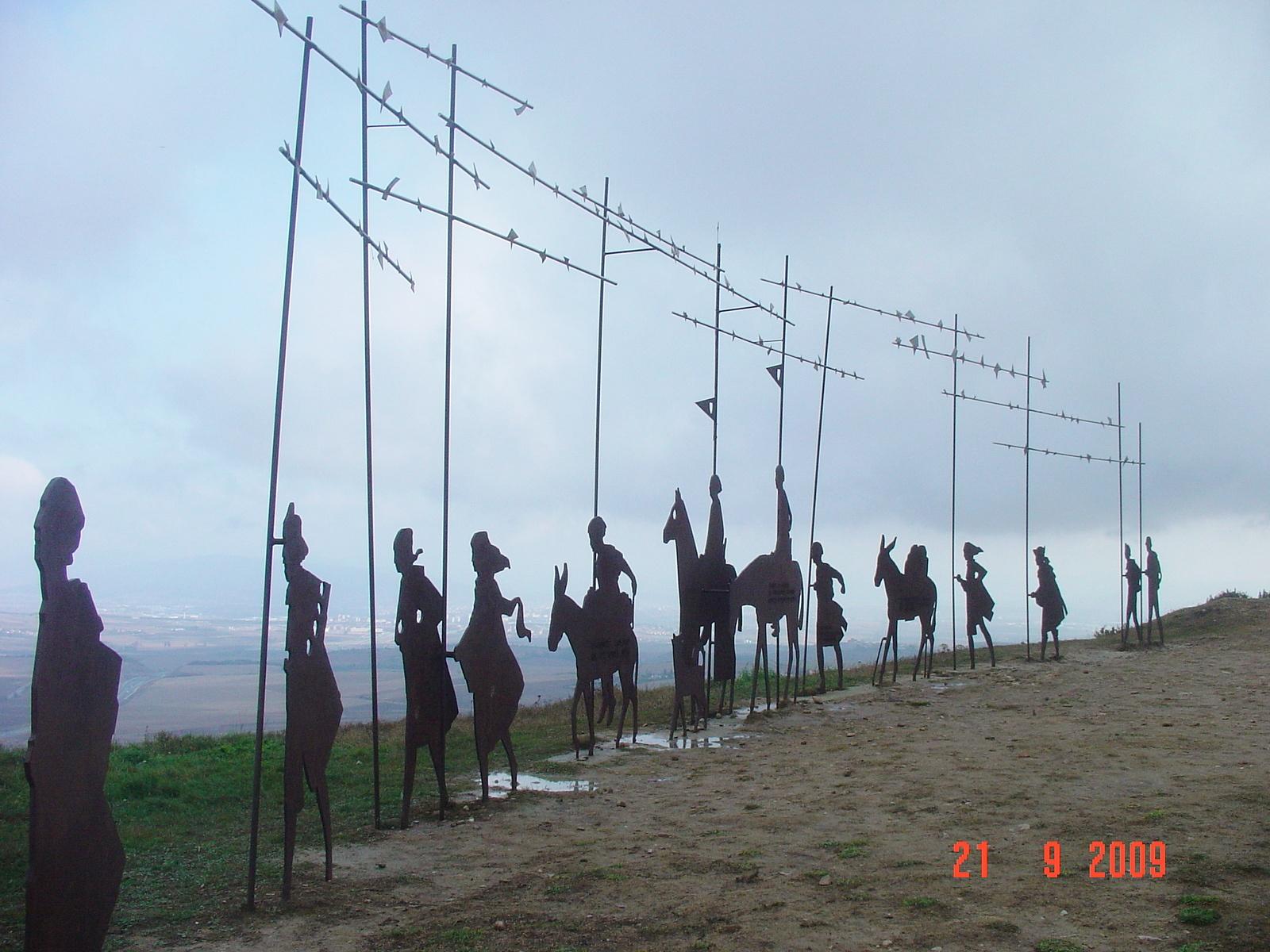 Pilgerkarawanenskulptur auf dem Alto del Perdon