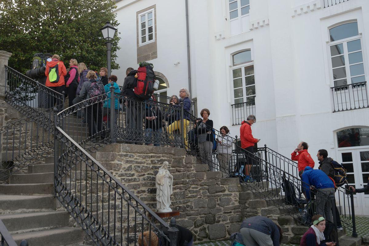 Lange Schlange vor dem neuen Pilgerbüro
