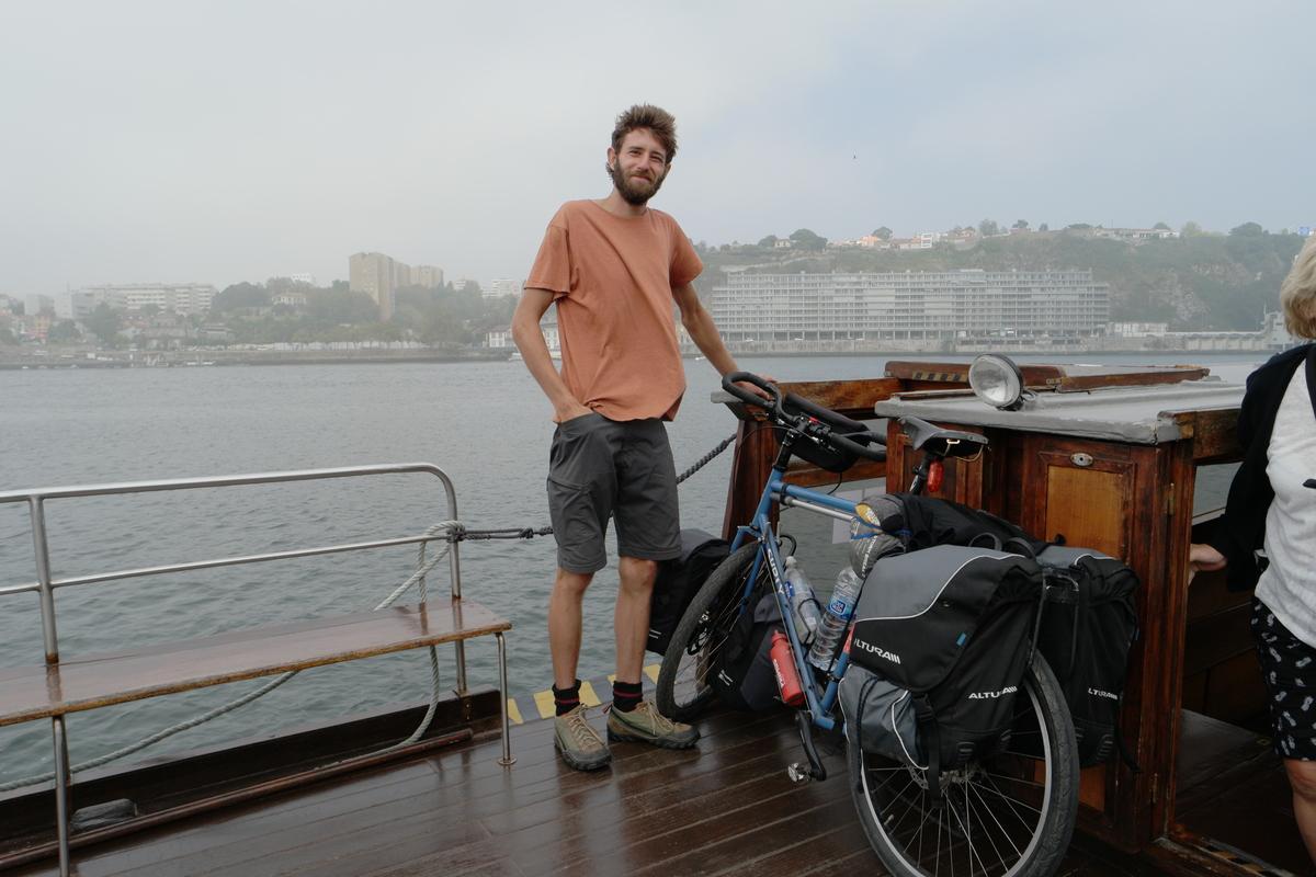 Träumer oder Realist, gesehen in Porto, will mit dem Rad nach Südafrika